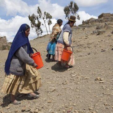 kvinder i Corpa Grande ved Titicaca søen henter drikkevand i kilde